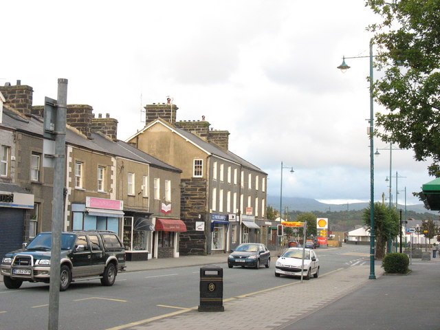 The eastern end of Porthmadog's High Street