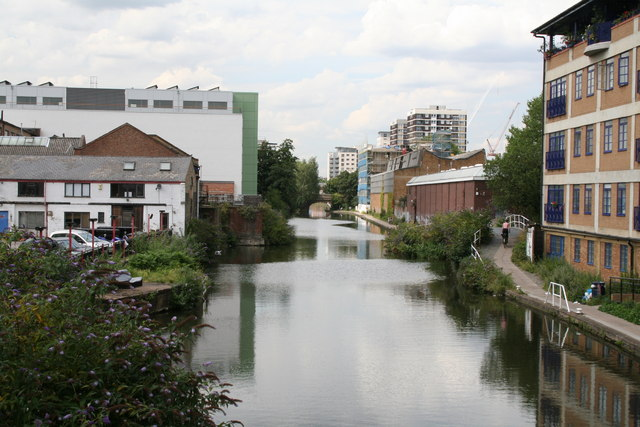 Regents Canal, looking west from Kingsland Bridge
