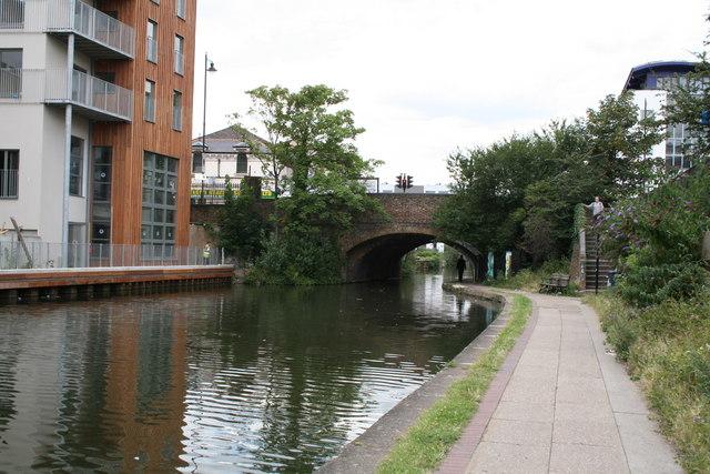 Regents Canal:  Kingsland Bridge from the east