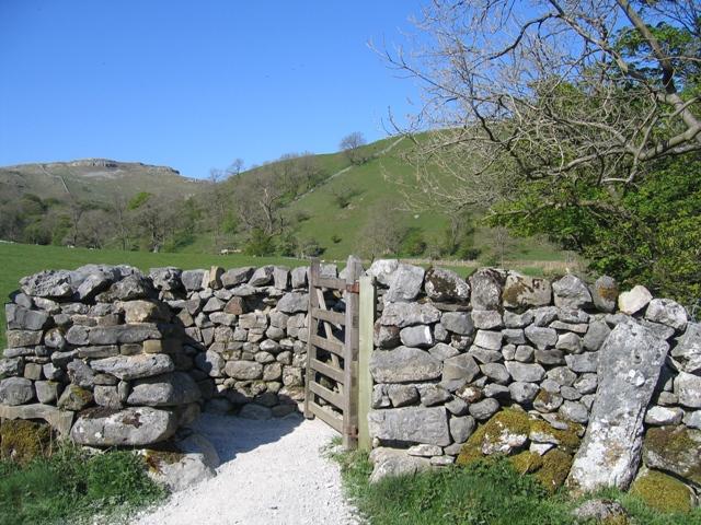 Gate and Footpath by Weet Close Bridge