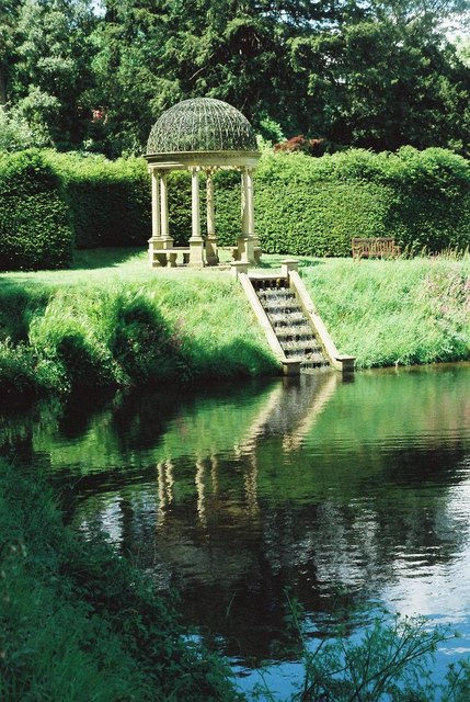 Forde Abbey Gardens: pond and gazebo