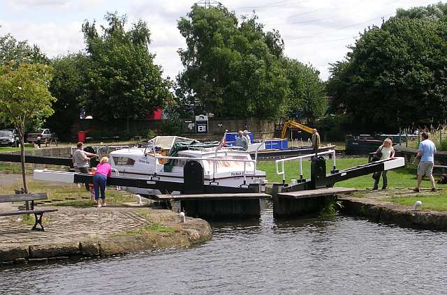 Lock in Action! - Calder & Hebble Navigation.