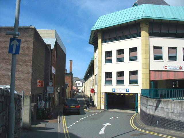 Car park entrance at the rear of Pool Street/Stryd y Llyn