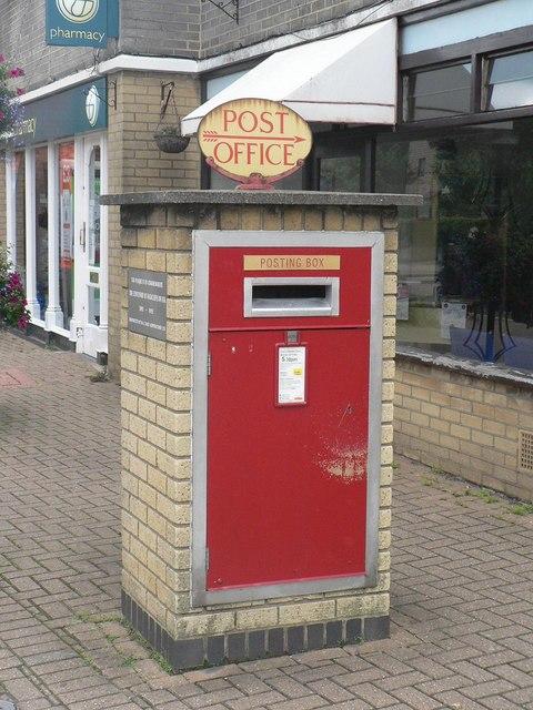 Highcliffe: postbox № BH23 39