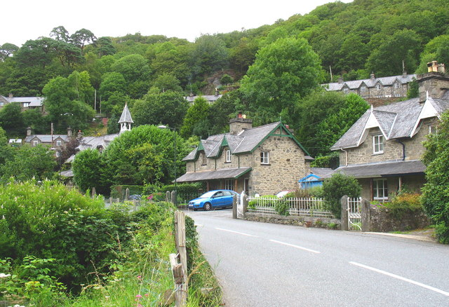 Houses along the A496 on the southern side of the village of Maentwrog