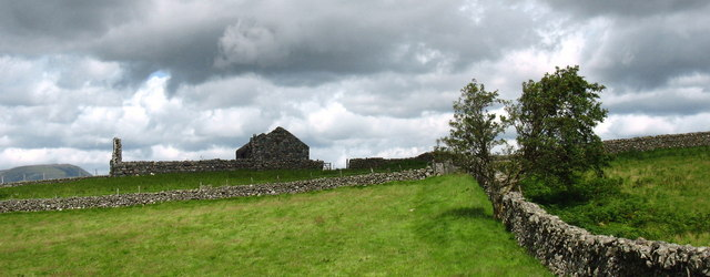 Stone walls and roofless farm buildings at Llain Wen Farm