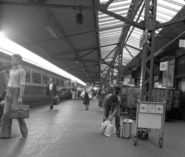 Platform 4, Reading station
