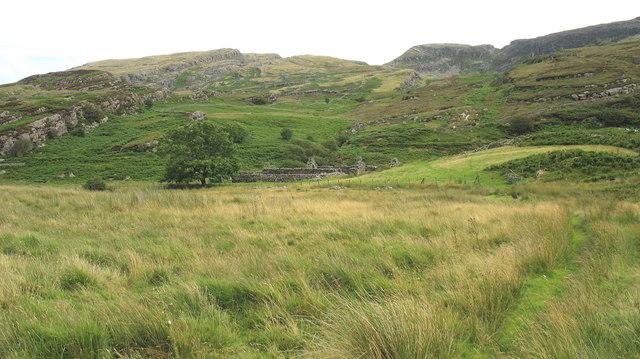 Approaching the ruined Muriau'r Gwyddel farmstead
