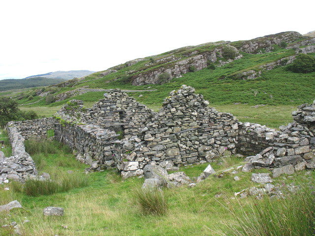 The roofless ruins of Muriau'r Gwyddel
