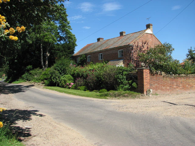 Road past Lodge Farm