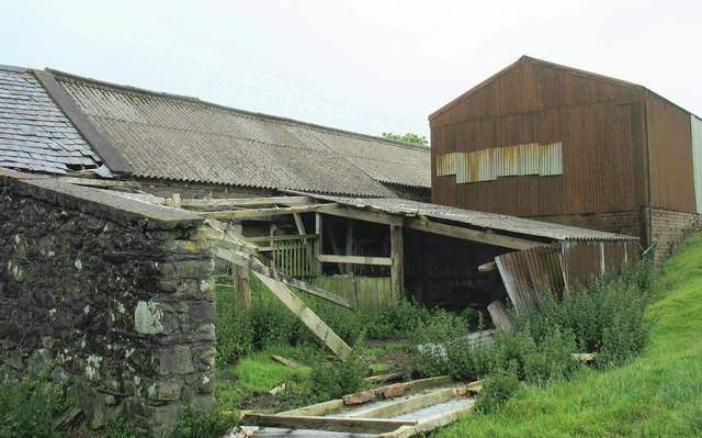 Partially derelict farm buildings above Caerhingylliaid