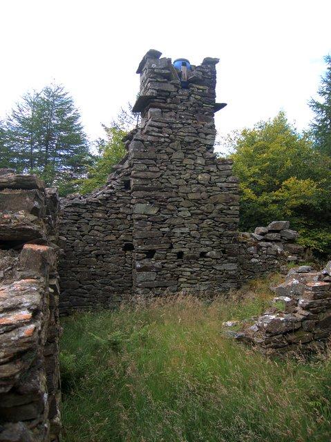 Ruined farm building near Bryn y Crofftau