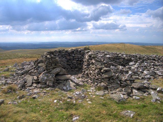 Summit shelter on Garn Gron