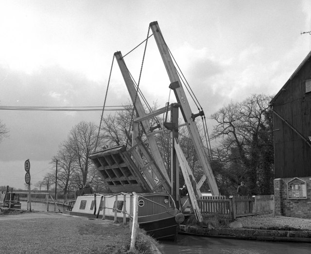 Wrenbury Lift Bridge, Llangollen Canal