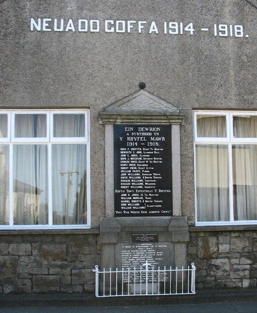 Neuadd Goffa a Chofeb Ryfel Brynsiencyn Memorial Hall and War Memorial