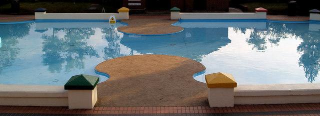 Paddling pool.
