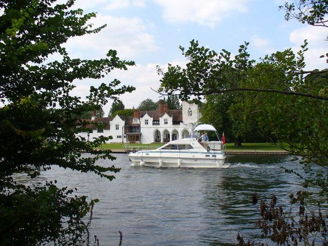 Cruising by Medmenham