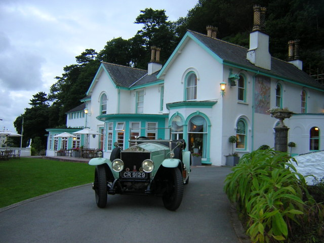 Rolls Royce Silver Ghost with Portmeirion Hotel in the background