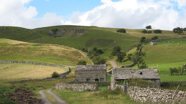 Lane and stone barns above Carperby.