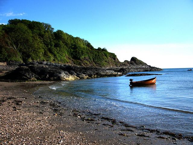 Cwm-yr-Eglwys beach and Pig-y-Baw rocks