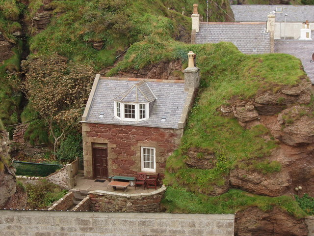 house built against cliff pennan david hawgood cc by sa 2 0 geograph britain and ireland. Black Bedroom Furniture Sets. Home Design Ideas