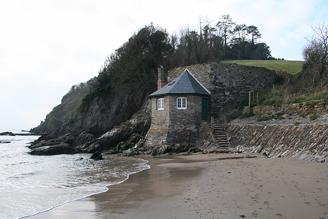Holbeton: building at Meadowsfoot Beach