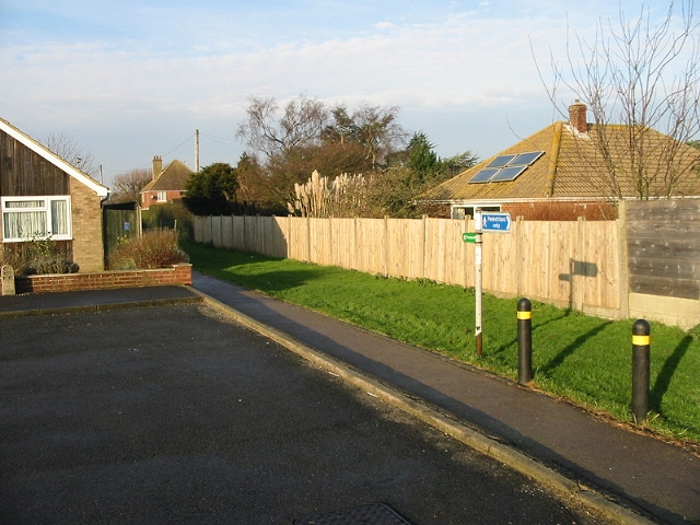 Footpath between recreation ground and the Sandwich Road