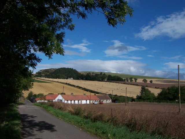 Vantage cottages to the north of Dairsie village