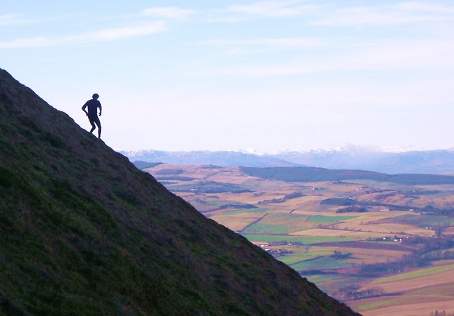 Descending the steep northern flank of West Lomond