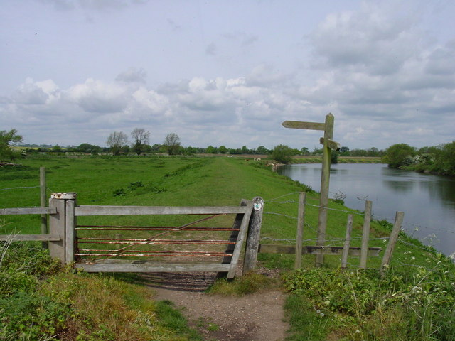 Footpath junction by River Trent south of Fiskerton