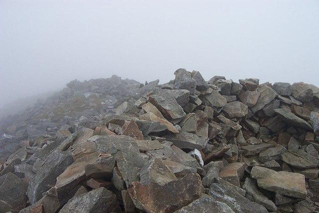 Elidir Fawr summit Cairn shelter