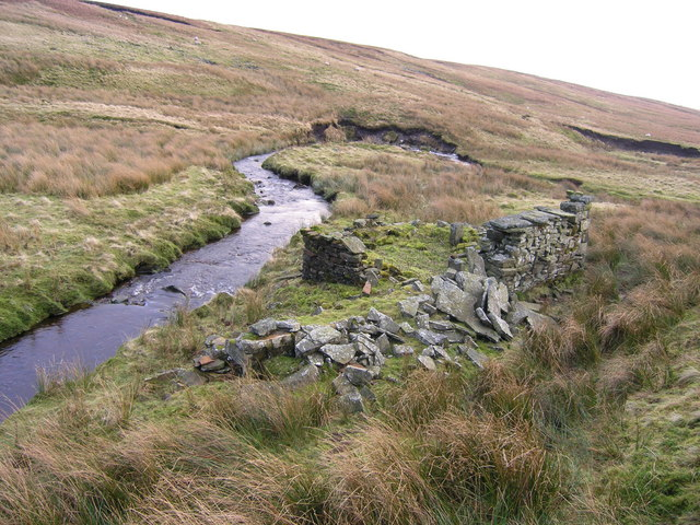 Ruin of small stone hut beside Mossdale Beck