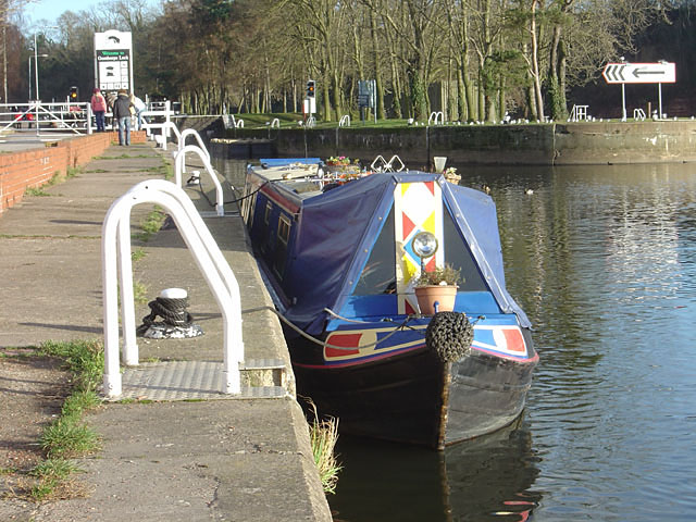 Narrowboat at Gunthorpe Lock
