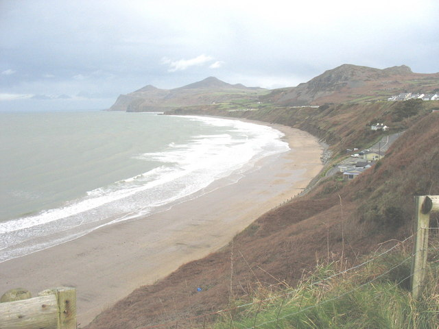 Lon y Traeth leading down to the beach
