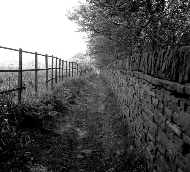 Footpath at Scarlet Heights, Queensbury