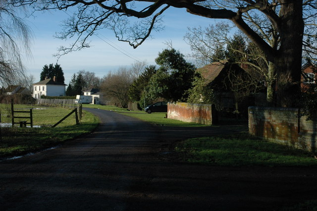 Road to houses on Shuthonger Common