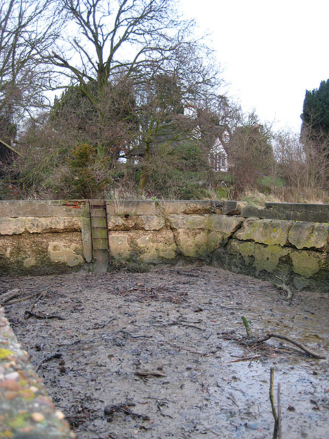 Derelict enclosure by Yachtsman's Cottage
