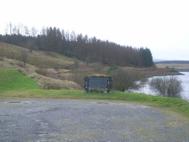 Clatteringshaw Loch & Monument