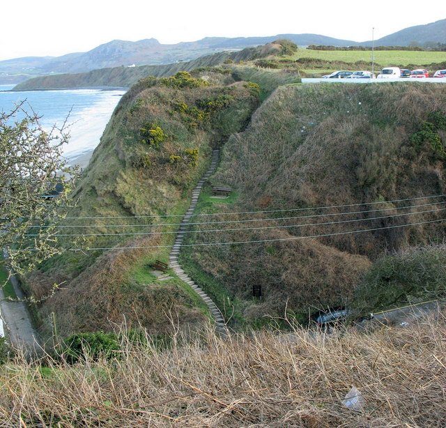View east across Lon Bridin/Beach Road towards the cliff top path to Nefyn