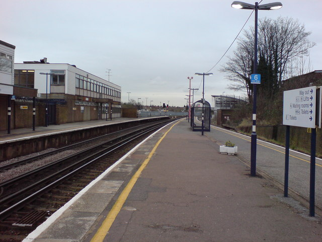 Platforms at Gillingham Station (2)