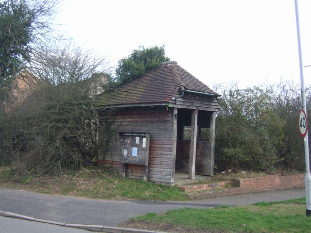 Leaning bus shelter