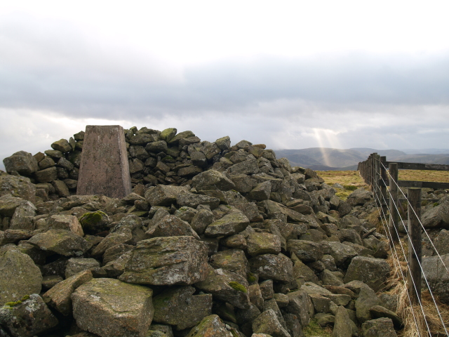 Cairn and fence, Greatmoor Hill
