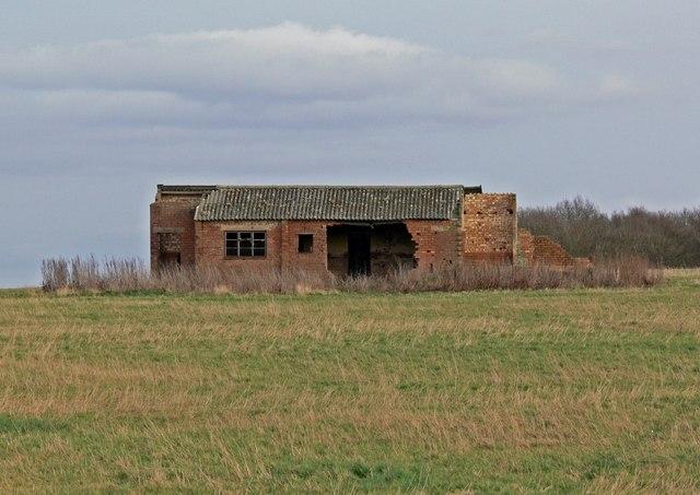 Derelict building near Ashpole Spinney