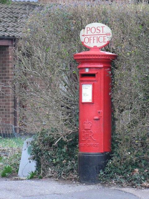Throop: postbox № BH8 273, Broadway Lane