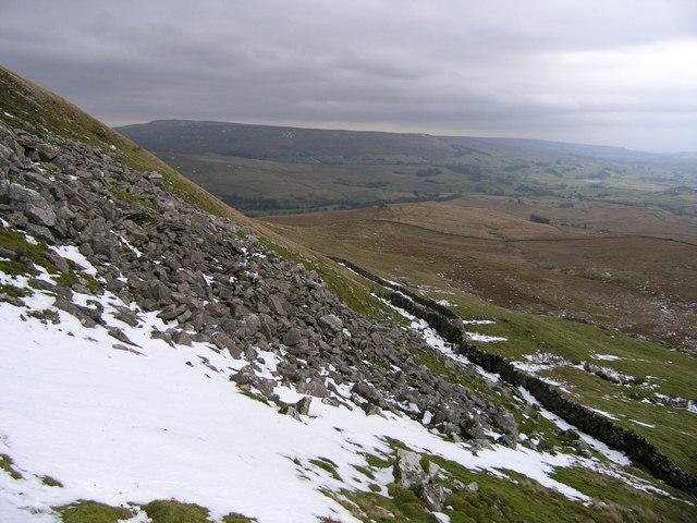 Rocks and dry stone wall below Low Nab