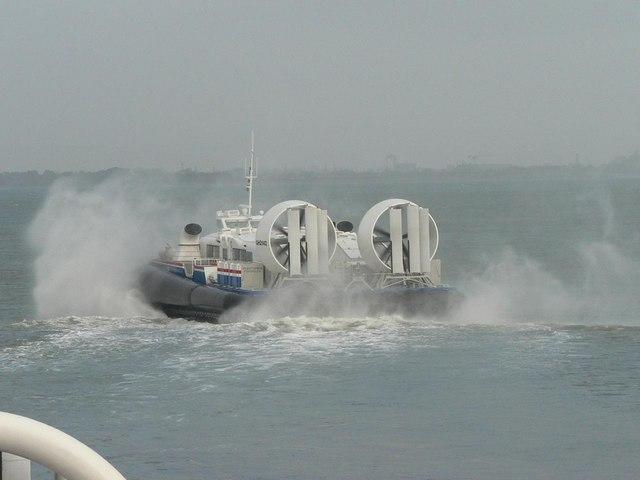 Ryde: hovercraft sets off