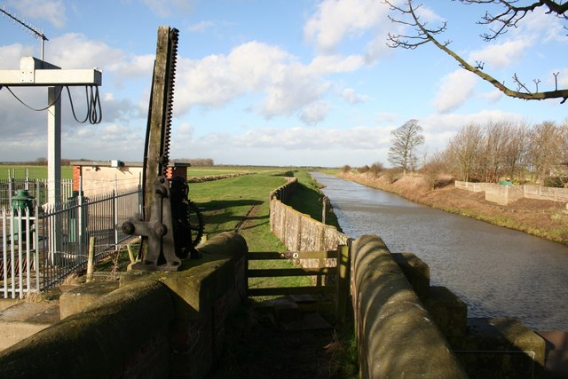 Footpath by the Louth Canal