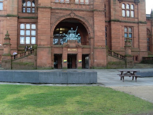 Statues at main entrance to Kelvingrove Museum and Art Gallery