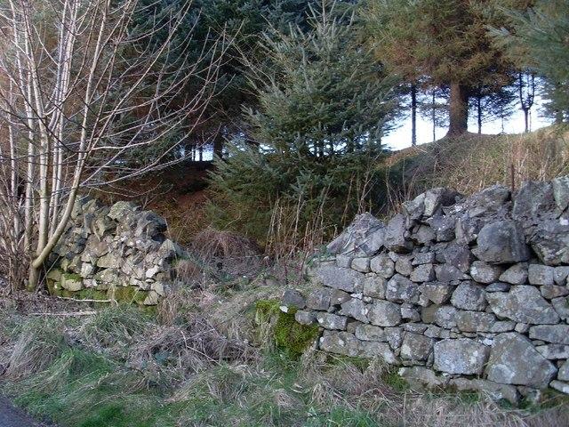Broken wall by path to Greenside Reservoir