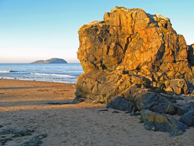 Leckenbane, rock outcrop at Milsey Bay